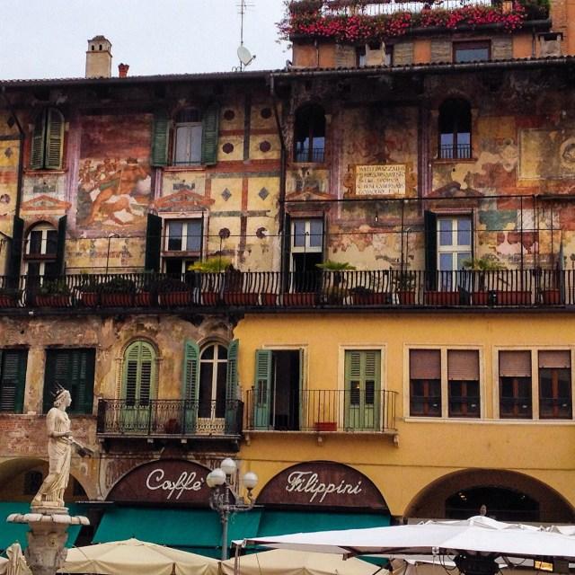 Piazza delle Erbe è uno dei posti da vedere a Verona