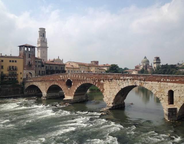 Cosa vedere a Verona? Al 10° posto il Ponte di Pietra sopra il fiume Adige, uno dei simboli della città