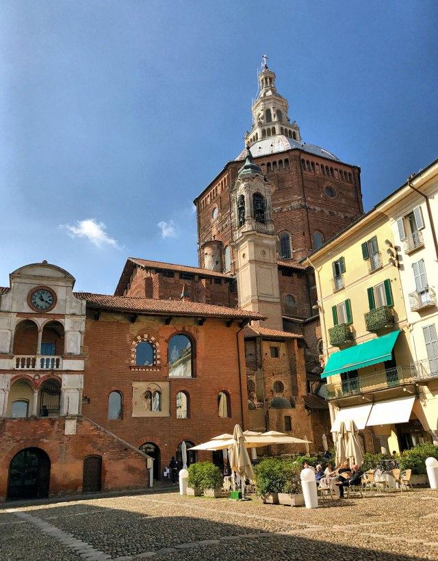 Cosa vedere a Pavia? Di certo Piazza della Vittoria, il cuore della città
