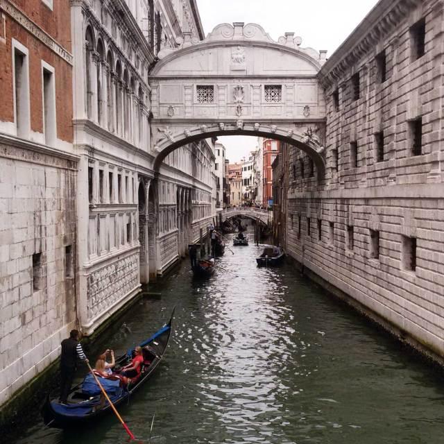 Per chi viene Venezia, il Ponte dei Sospiri è imperdibile: una foto da ricordare negli anni è assicurata