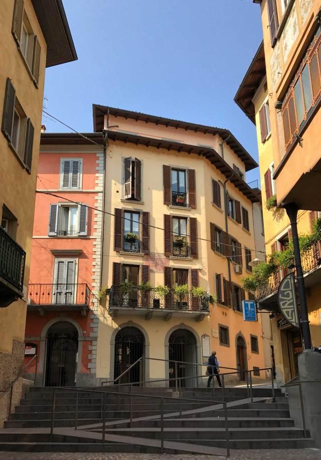 Cosa vedere a Lovere? Se il lungolago è splendido, non bisogna dimenticarsi dell'interno del borgo, con le coloratissime case e i resti delle fortificazioni medievali