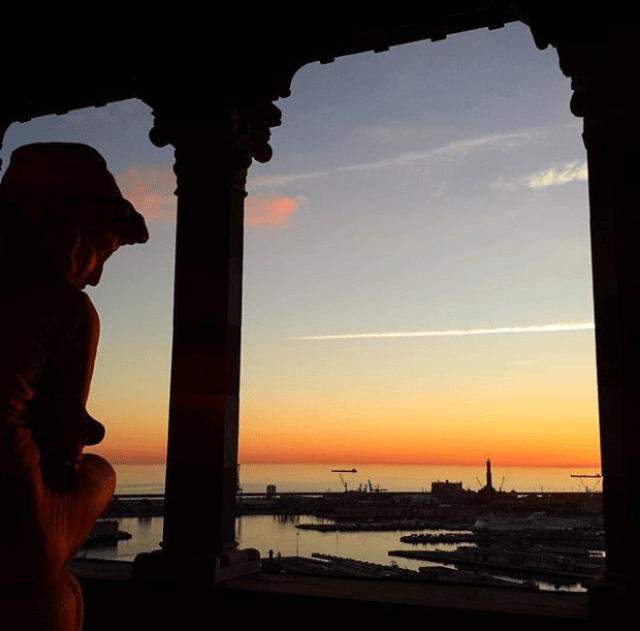 Vuoi uno scorcio per far foto indimenticabili a Genova? La Loggia del Castello d'Albertis: c'è una vista favolosa, specialmente al tramonto!
