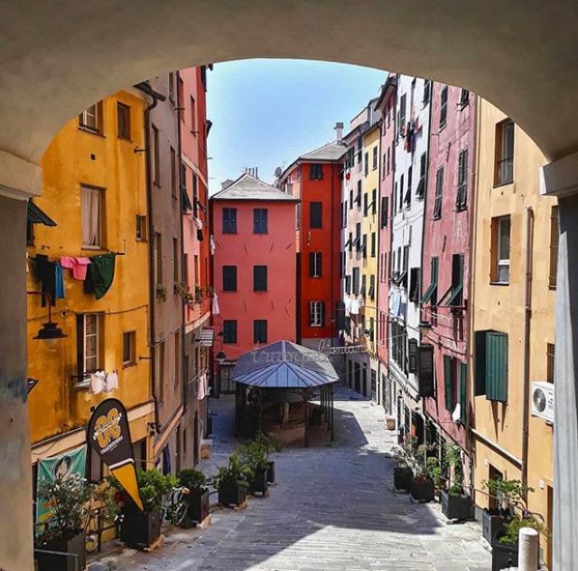 Vuoi fotografare la Genova autentica? Immergiti tra i carruggi e osservane gli scorci, come quello meraviglioso di Piazza Trugoli di Santa Brigida