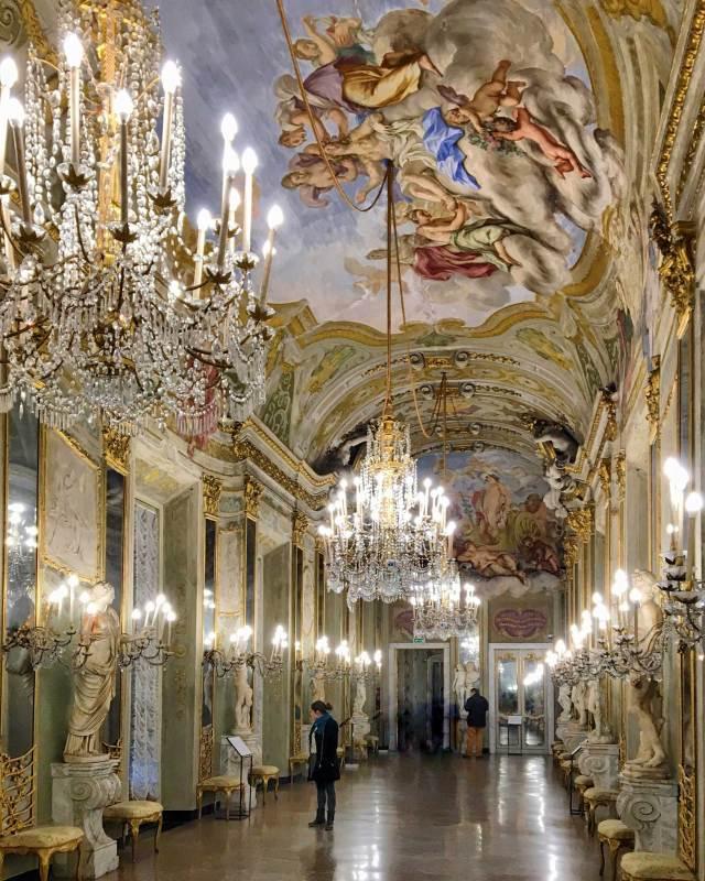 Palazzo Reale a Genova, un edificio capolavoro a pochi passi dal Porto antico. È riccamente decorato: la Galleria degli Specchi ti lascerà senza parole!