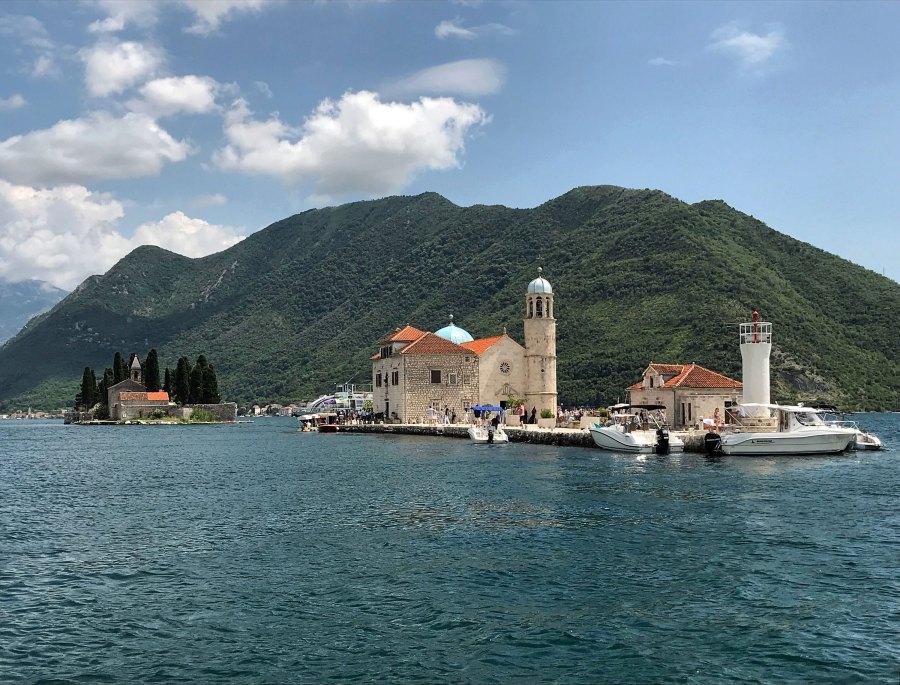 Cosa vedere a Kotor? Di certo vale la pena fare un'escursione nelle Bocche di Kotor dove ci sono due isolette meravigliose