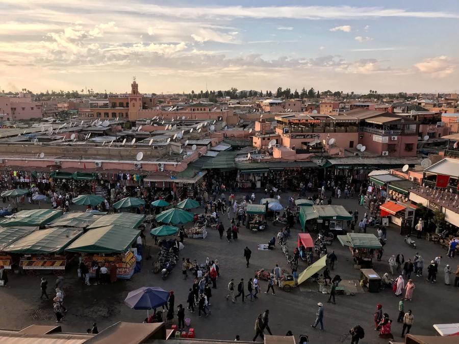 Qual è il momento magico di Marrakech? Certamente il tramonto, quando si può ammirare la città cambiare colori sorseggiando un te alla menta da una terrazza sopra la frenetica piazza Jamaa El Fna