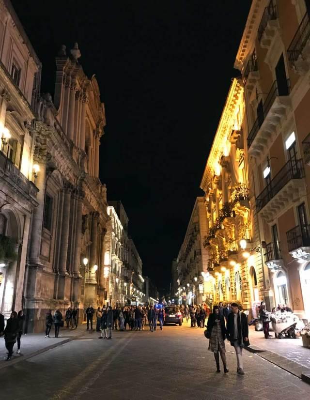 La Via Etnea, cuore di Catania: qui le coppie e le persone vengono a passeggiare