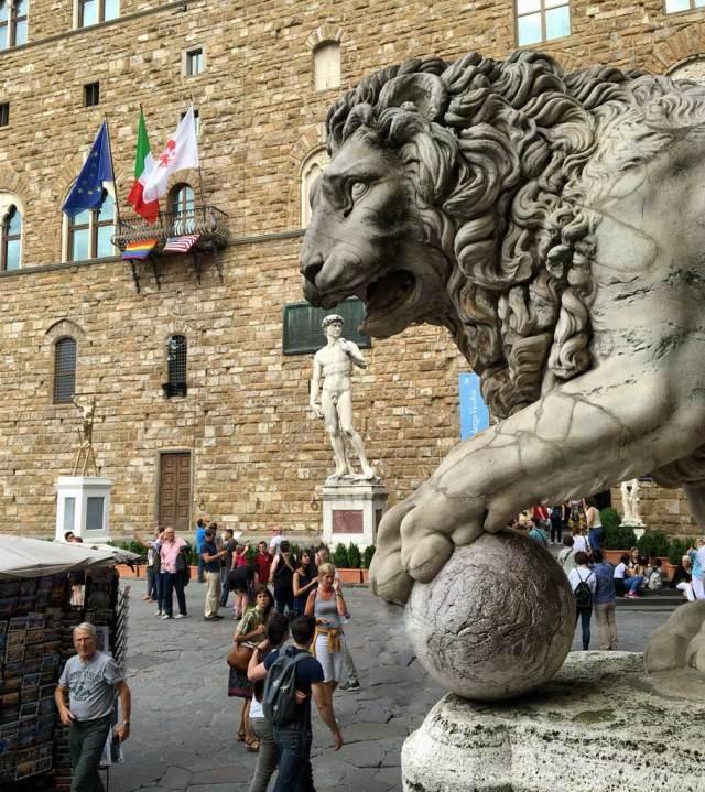 Vuoi uno scorcio per far foto indimenticabili a Firenze? In Piazza della Signoria c'è la Loggia dei Lanzi con statue meravigliose da sfruttare!