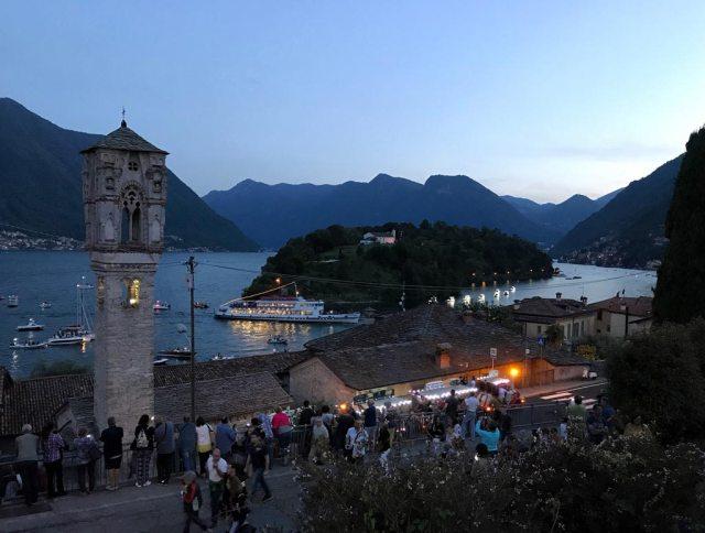 Il passaggio del piroscafo Concordia di fronte alla costa di Ossuccio prima dei Fuochi di San Giovanni