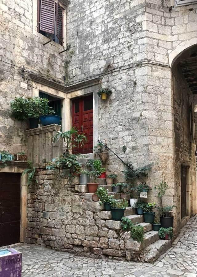 Trogir è una pittoresca cittadina della Dalmazia a pochi chilometri da Spalato