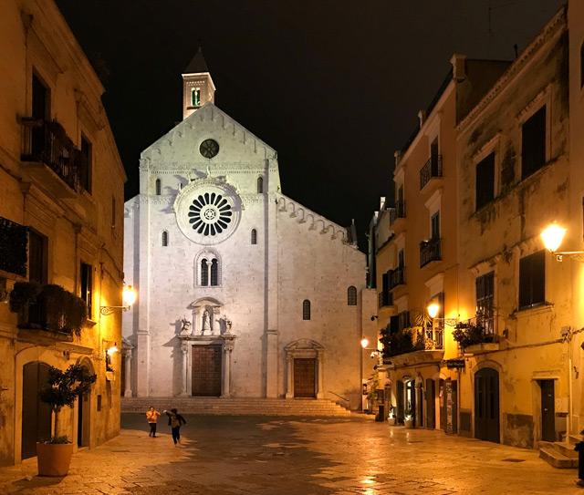 Cosa vedere a Bari? Di certo la Cattedrale, che di sera le luci avvolgono in un'atmosfera magica