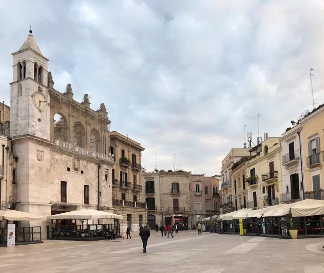 Piazza Mercantile con il Palazzo del Sedile è una delle cose da vedere a Bari