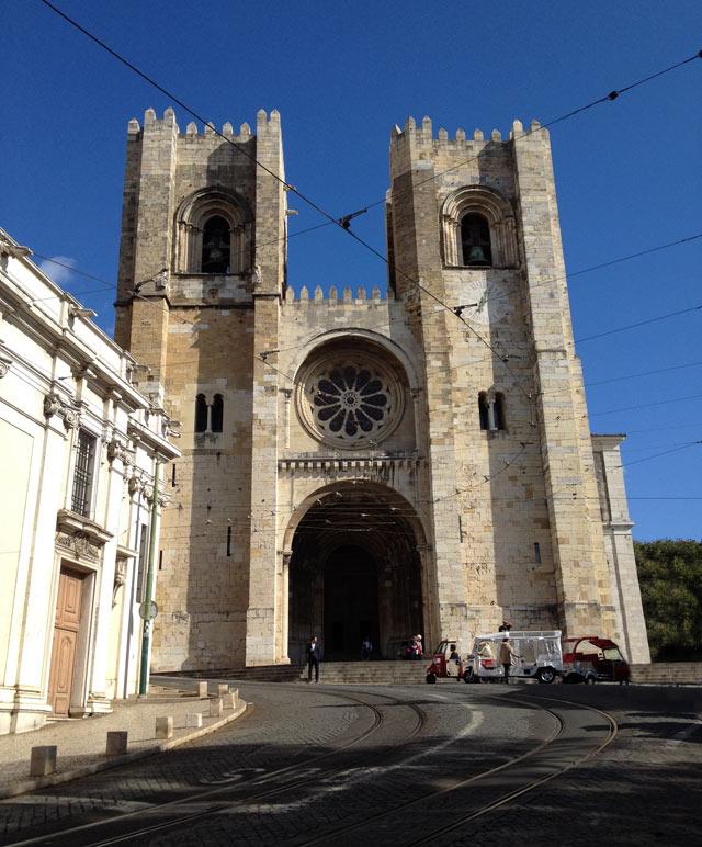 Cosa vedere a Lisbona? La Cattedrale con le torri imponenti della facciata