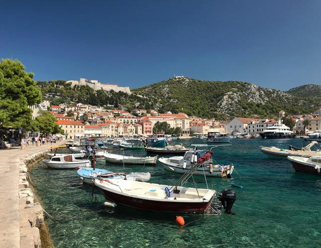 Cosa visitare in Croazia? L'isola di Hvar con la meravigliosa cittadina storica e il suo porto
