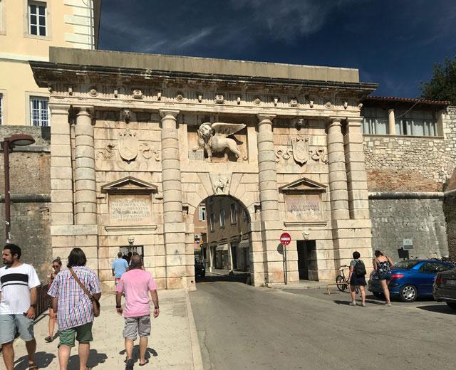 Zara è uno dei posti più belli della Croazia e merita una visita per le mura veneziane