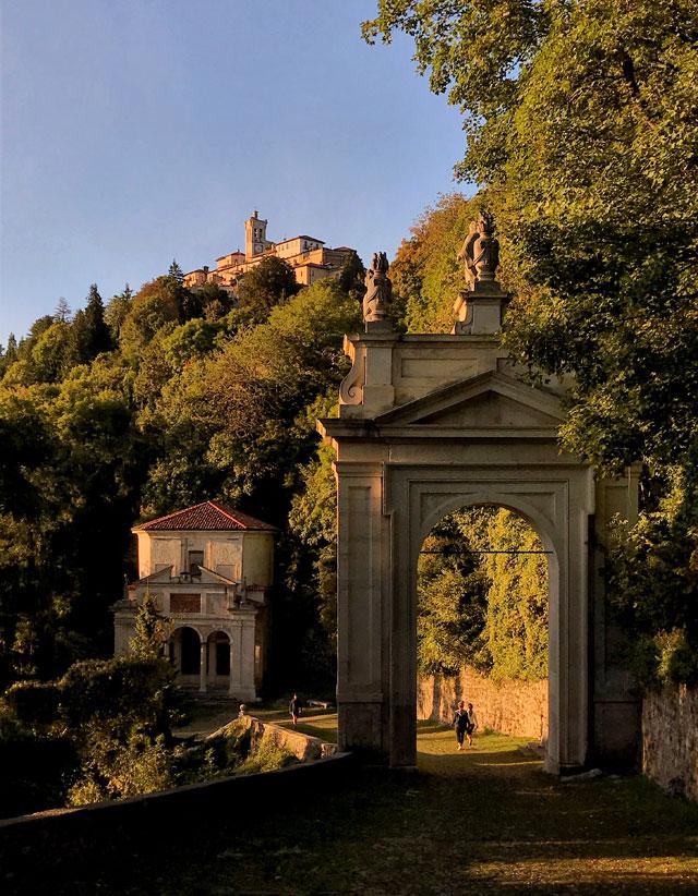 Sul Sacro Monte di Varese accanto al santuario si stende il borgo di Santa Maria del Monte