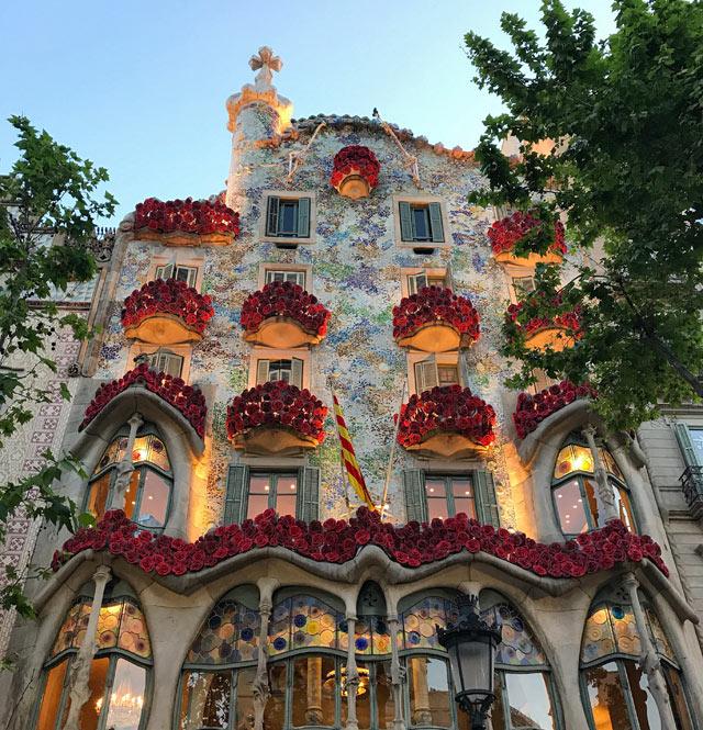 Durante la festa di Sant Jordi Barcellona e la Casa Battló si decorano con rose
