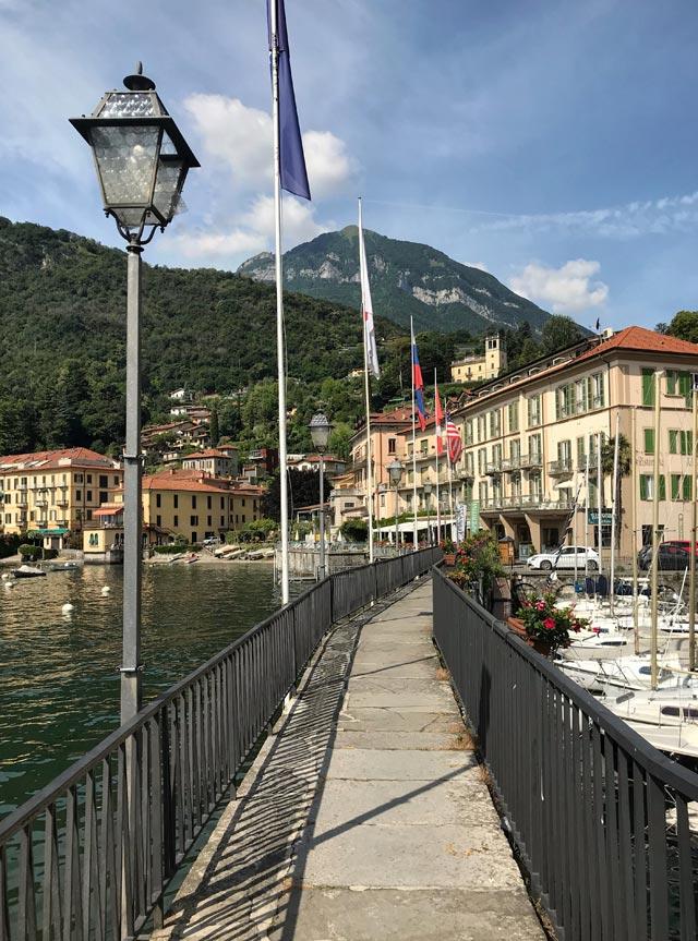 Il porticciolo di Menaggio protegge le imbarcazioni ed è circondato da una piazzetta pittoresca
