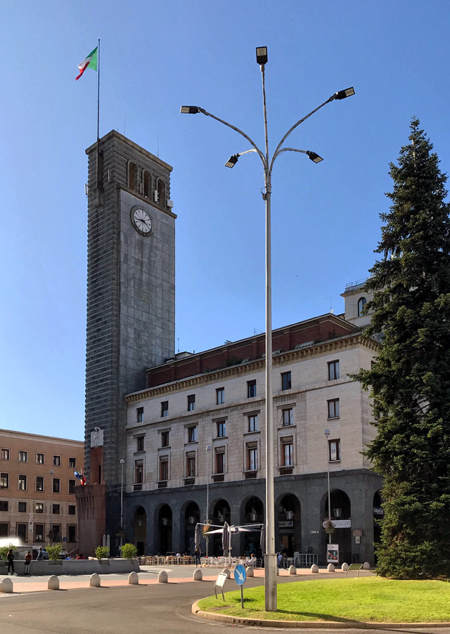In Piazza Monte Grappa a Varese spicca lo stile razionalista dei suoi palazzi e della Torre Civica