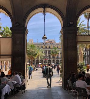La Plaça Reial è uno dei luoghi più suggestivi di Barcellona
