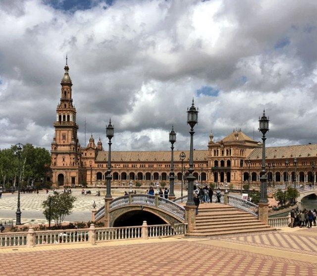 Siviglia è una città della Spagna dal fascino fiabesco, grazie all'eredità moresca e al barocco
