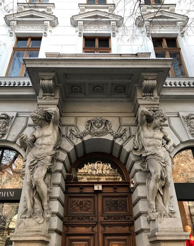 Via Andrassy sono gli Champs-Élysées di Budapest: un lungo viale pieno di negozi