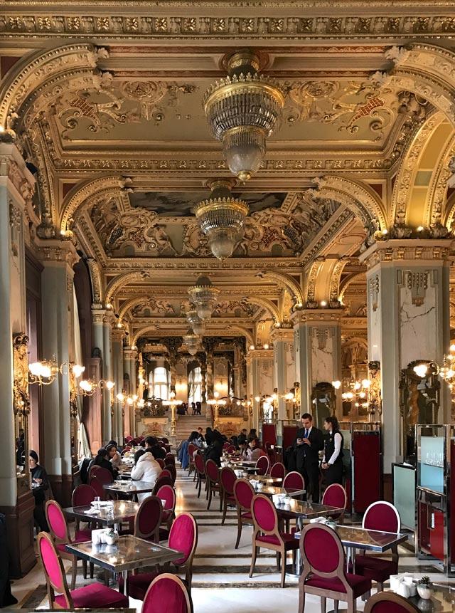 Il Caffè New York di Budapest è considerato il più bel caffè al mondo