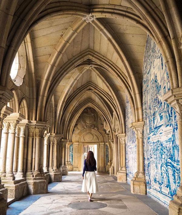 La Cattedrale di Porto in Portogallo ha un meraviglioso chiostro trecentesco con azulejos