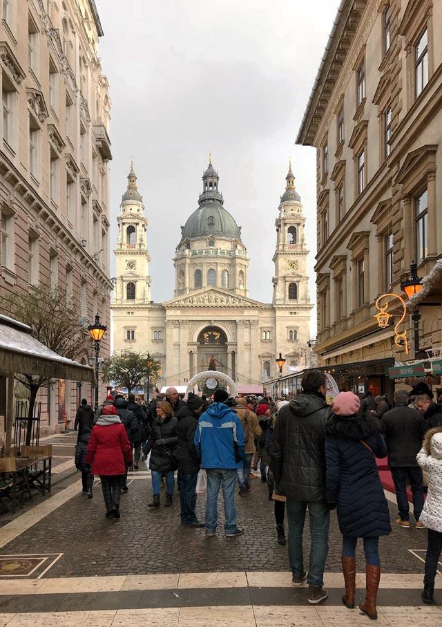 Davanti alla basilica di Santo Stefano a Budapest ci sono i mercatini di Natale