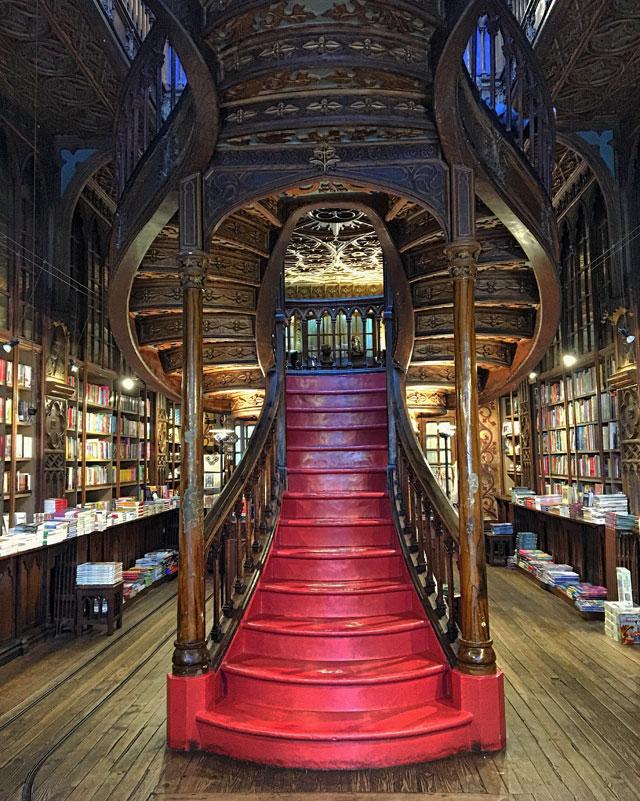 La Livraria Lello è uno dei luoghi iconici e più belli di Porto in Portogallo