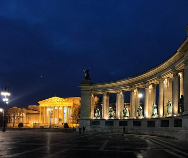 Il Monumento al Millennio è una delle cose da vedere a Budapest, magari al tramonto