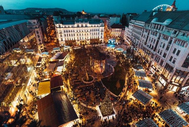 Piazza Vörösmarty è il cuore dei mercatini di Natale di Budapest