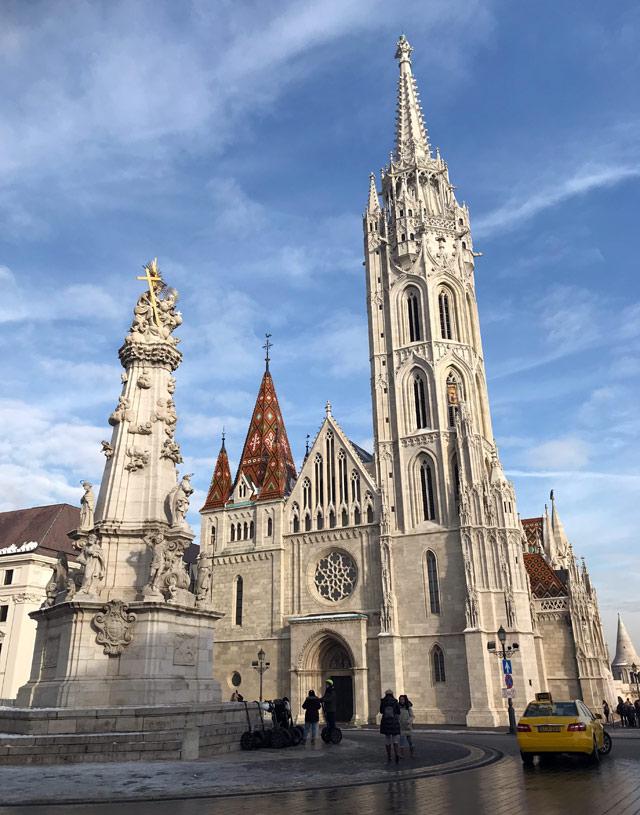Di fronte alla chiesa di Matyas a Budapest c'è la colonna barocca della Santa Trinità