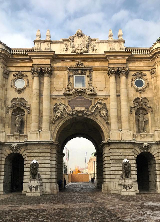La Porta dei Leoni conduce al cortile del Palazzo Reale di Budapest dove Katy Perry ha girato Firework