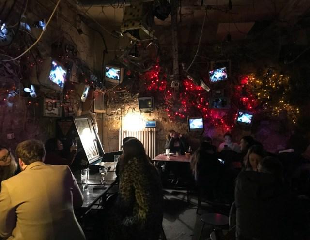 Dove andare dopo cena a Budapest? Una sera bisogna provare lo Szimpla Kert, uno dei Ruin Pub