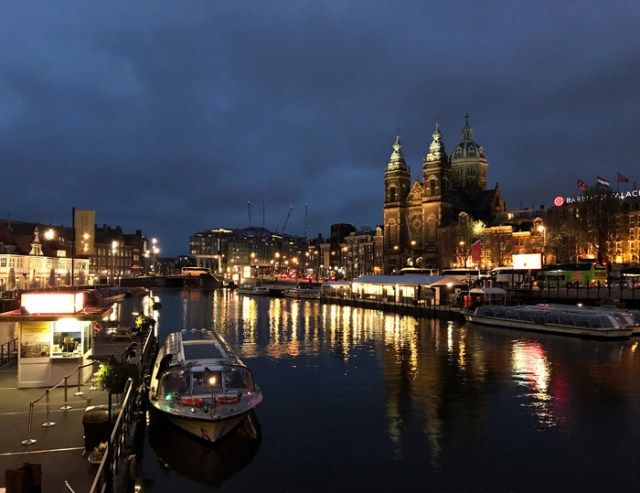 Amsterdam di notte regala viste fantastiche da vedere e fotografare