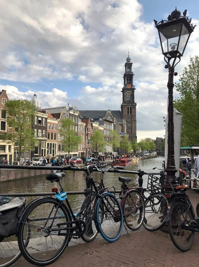 Il Jordaan è il quartiere più bohémien di Amsterdam, con strade strette e canali tranquilli e verdi