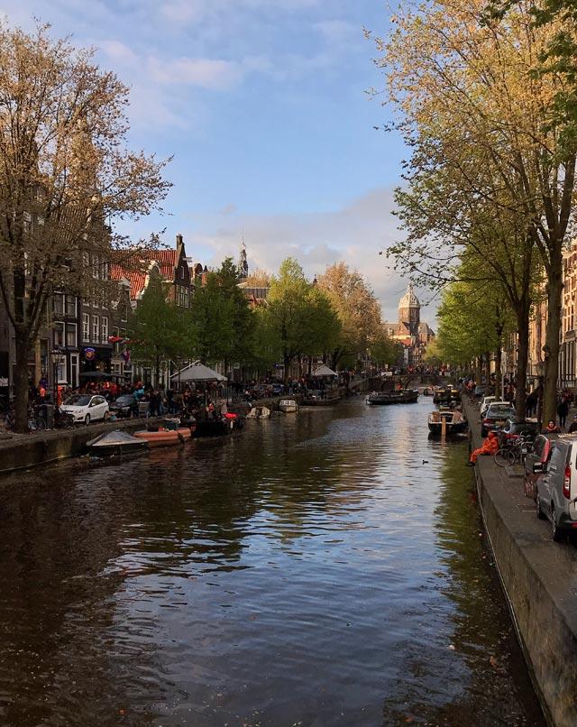 Amsterdam è un meraviglioso caos di canali, biciclette, case pittoresche e persone
