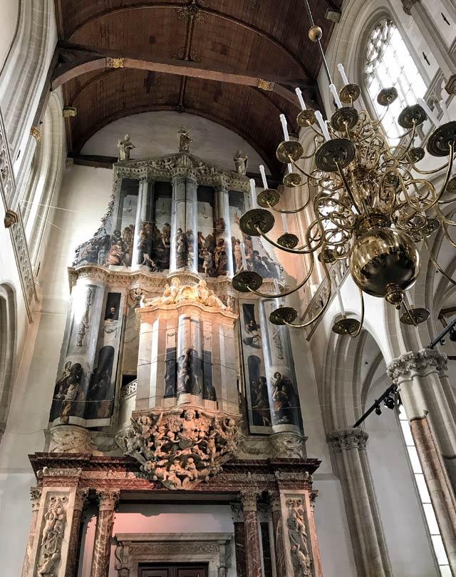 Nella Nieuwe Kerk di Amsterdam spiccano il pulpito intagliato e il grande organo