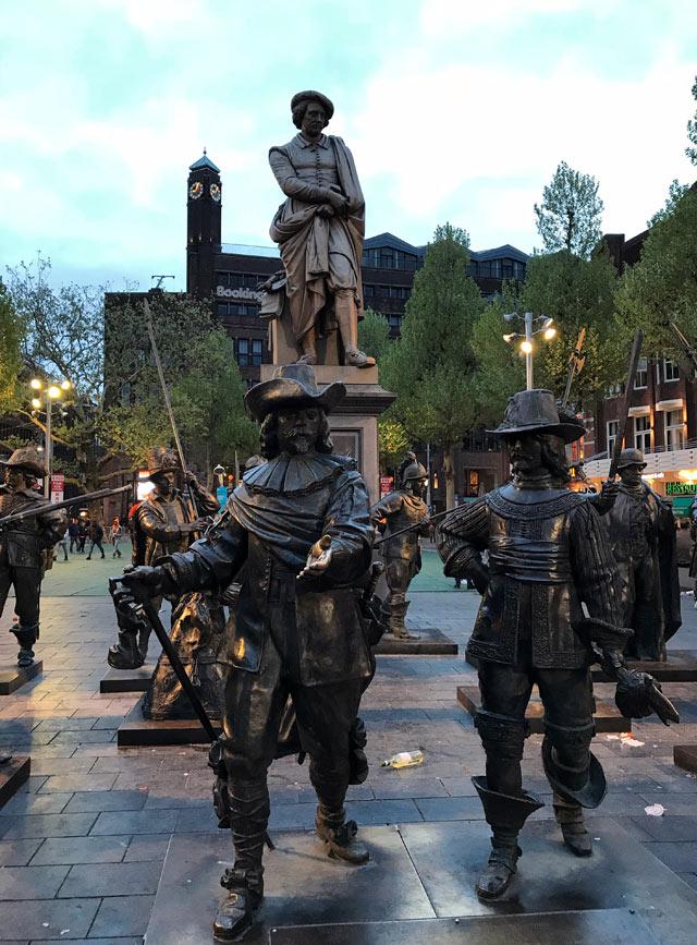 La Rembrandtplein è una piazza dalla vivace vita notturna con statue di Rembrandt