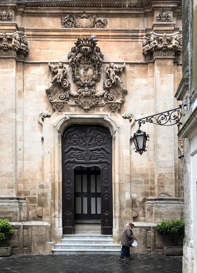 Grandi chiese in stile barocco contrastano coi trulli nella Valle d'Itria in Puglia