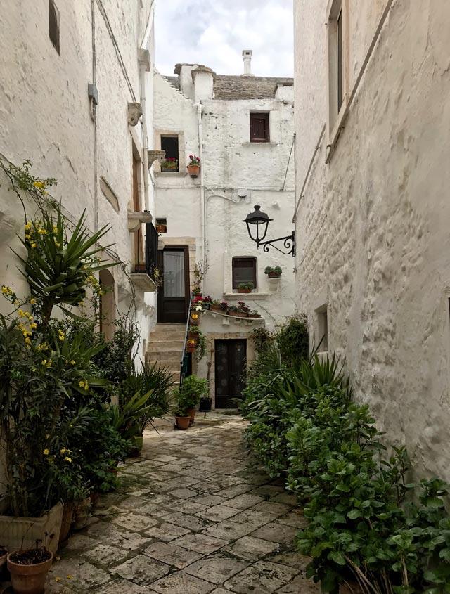Locorotondo in Valle d'Itria ha vie piene di portali, piante e fiori e angoli pittoreschi