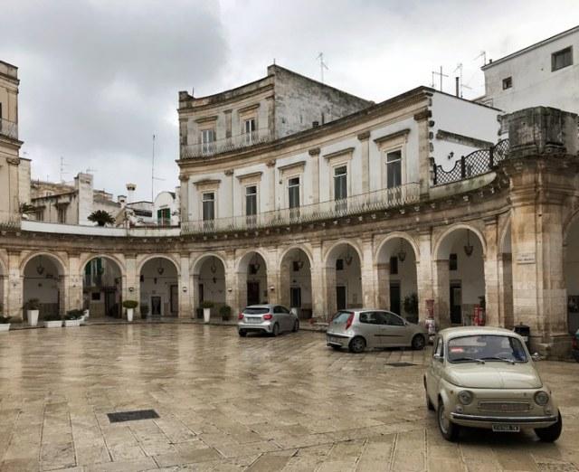 L'elegantissima Piazza Maria Immacolata coi suoi portici sta al centro di Martina Franca