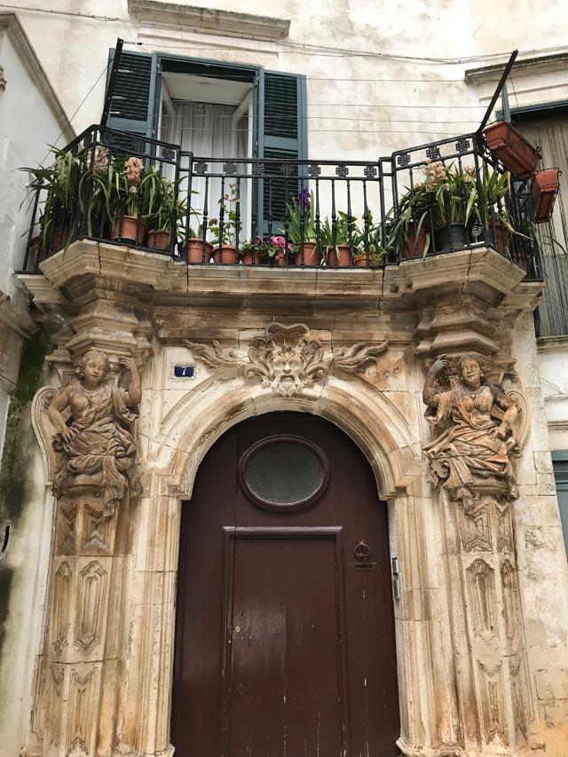 Il centro storico di Martina Franca ha molti palazzi barocchi con portali scolpiti