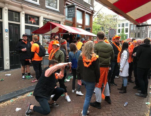 Durante il King's Day gente di ogni età salta, balla e beve assieme per le strade