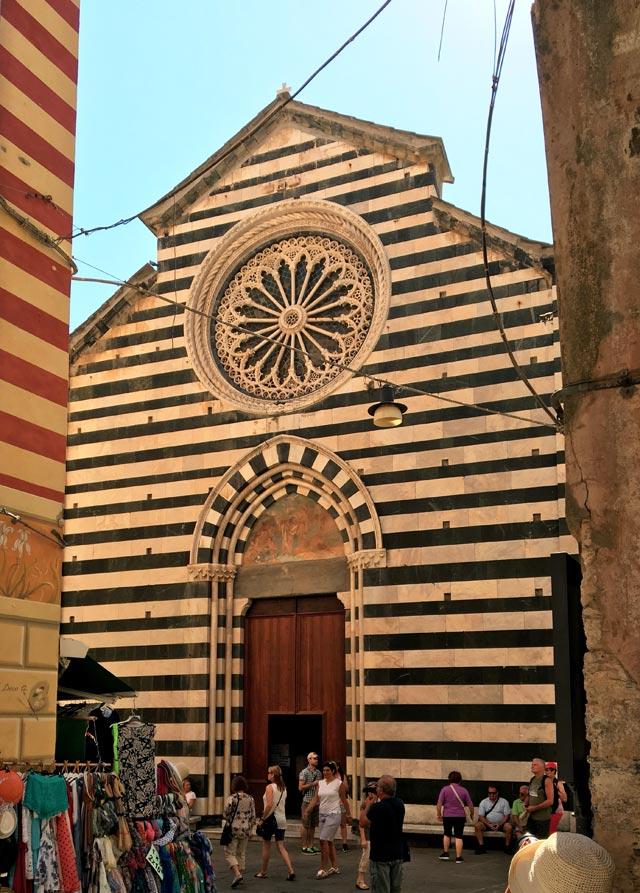 La Chiesa di San Giovanni Battista in stile gotico genovese è il cuore di Monterosso
