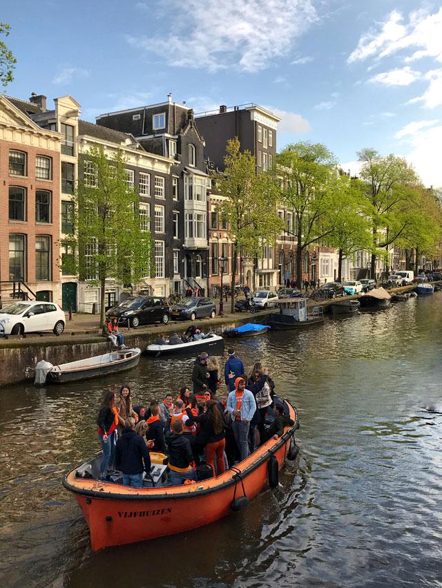 A Amsterdam molti festeggiano il King's Day sulle barche tra i canali