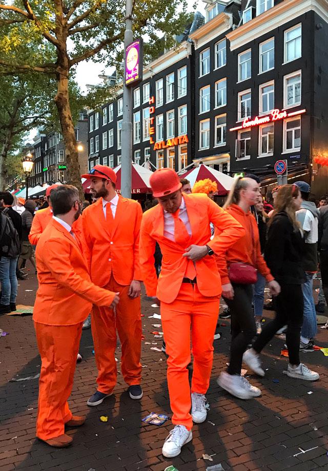 Le persone vestite di arancione per le vie delle città caratterizzano il King's Day in Olanda