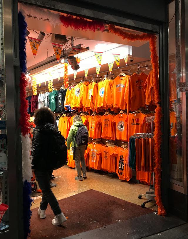 Il tratto distintivo del King's Day in Olanda è l'arancione che decora edifici e colora ogni persona