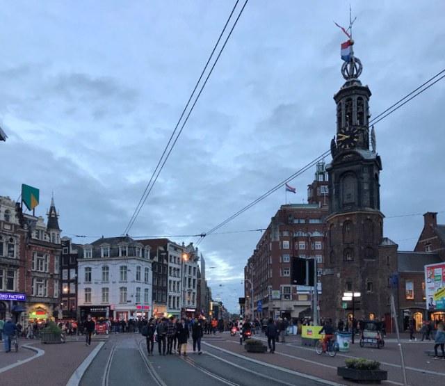 Persone per la strada vicino alla Munttoren di Amsterdam per il Giorno del Re